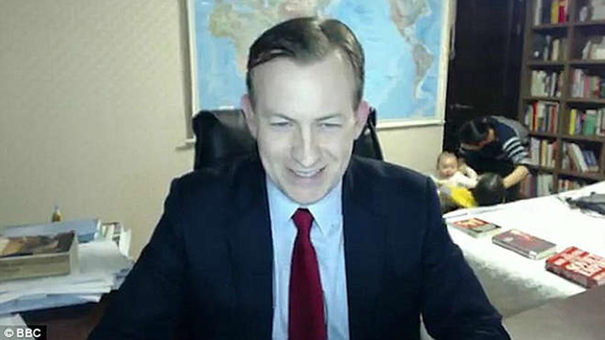 El profesor Robert E Kelly, interrumpido en el directo de las Noticias de la BBC por sus hijos y su esposa,momento que se lleva a sus hijos del despacho.