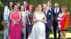 Carlos Maldonado, ganador de 'Masterchef 3', y su esposa, con algunos compañeros.