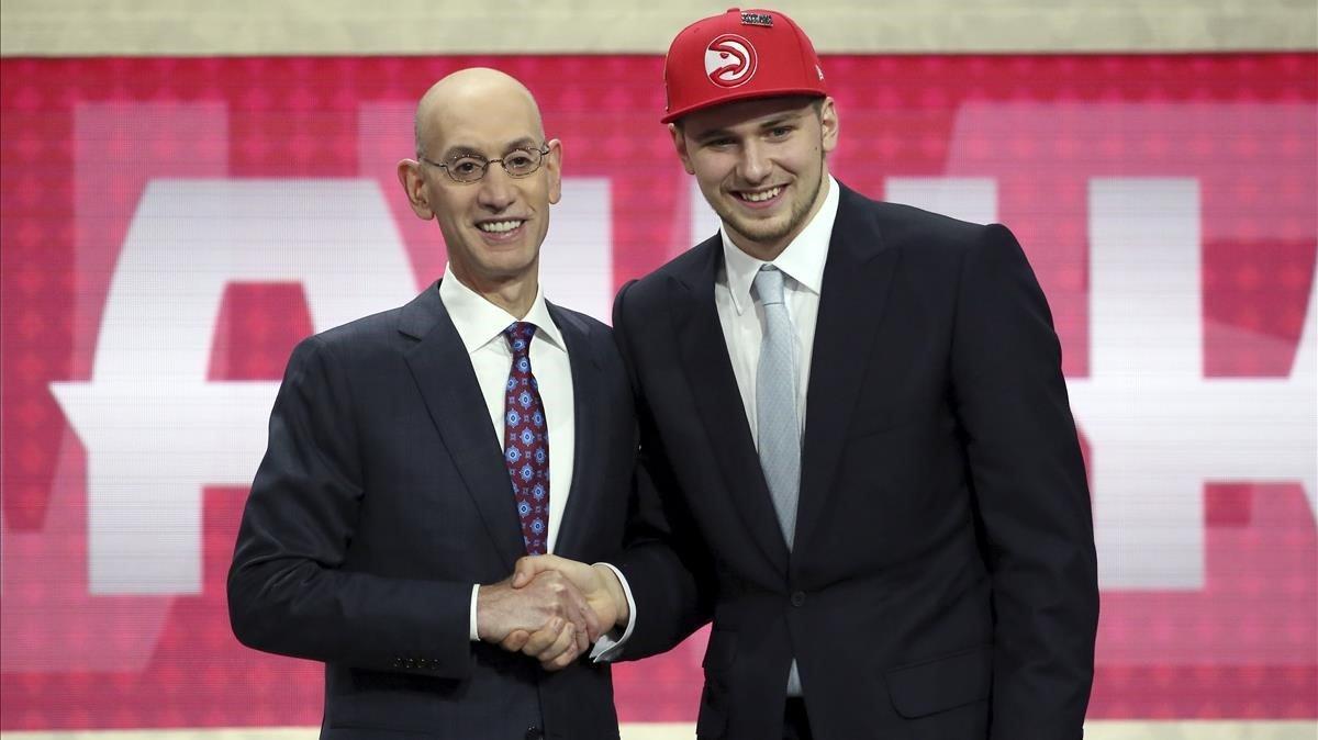 Luka Doncic junto a Adam Silver en el Draft de 2018 /AP