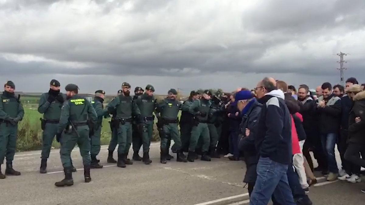 Forcejeos entre funcionarios de Prisiones y la Guardia Civil en los accesos a la prisión de Valdemoro cuando trata de entrar y salir un furgón policial.