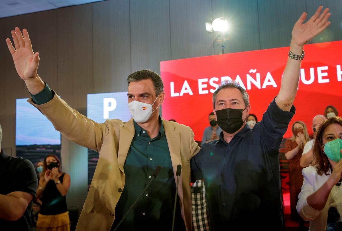 El secretario general del PSOE y presidente del Gobierno, Pedro Sánchez, junto al nuevo líder del PSOE andaluz, Juan Espadas, el pasado 17 de julio en Sevilla.