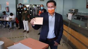 El candidato de Ciudadanos, Edmundo Bal, vota en el Centro Cultural Alfredo Kraus de Madrid.