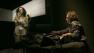 Neus Pàmies y Gerard Marsal en un momento de 'Infanticida', ópera electrónica de Clara Peya.