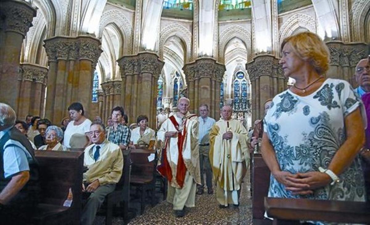 La ceremonia 8 Momento de la primera misa oficiada en la cripta de la Sagrada Família tras el incendio.