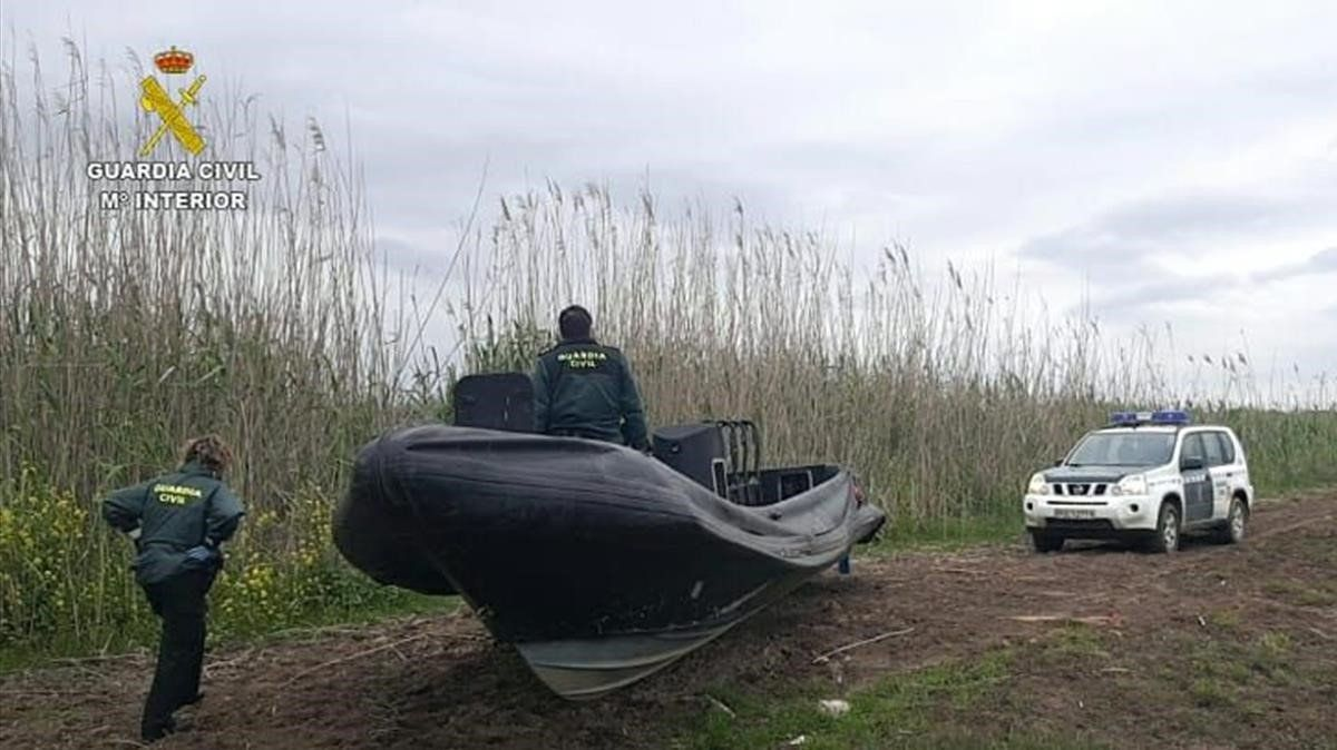 Imagen de una narcolancha intervenida hace unos días por la Guardia Civil a orillas del río Guadalquivir.
