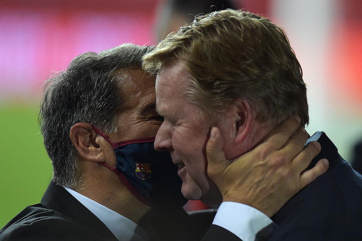 Laporta abraza a Koeman tras ganar la Copa del Rey en Sevilla.
