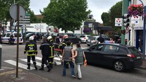 Las fuerzas de seguridad retiran un cadáver, tras el asalto a la iglesia de Saint-Etienne-du-Rouvray.