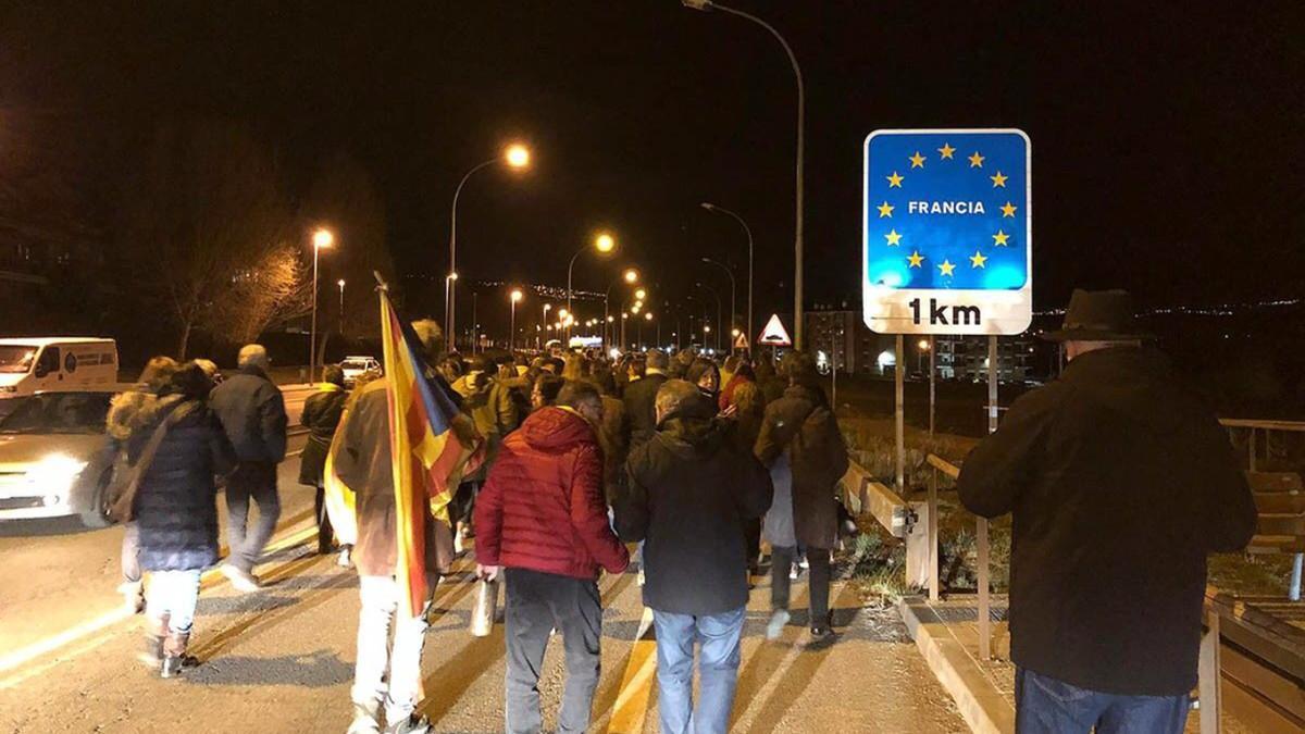 Activistas del CDR de Puigcerdá cortan la frontera con Francia el pasado 23 de marzo.