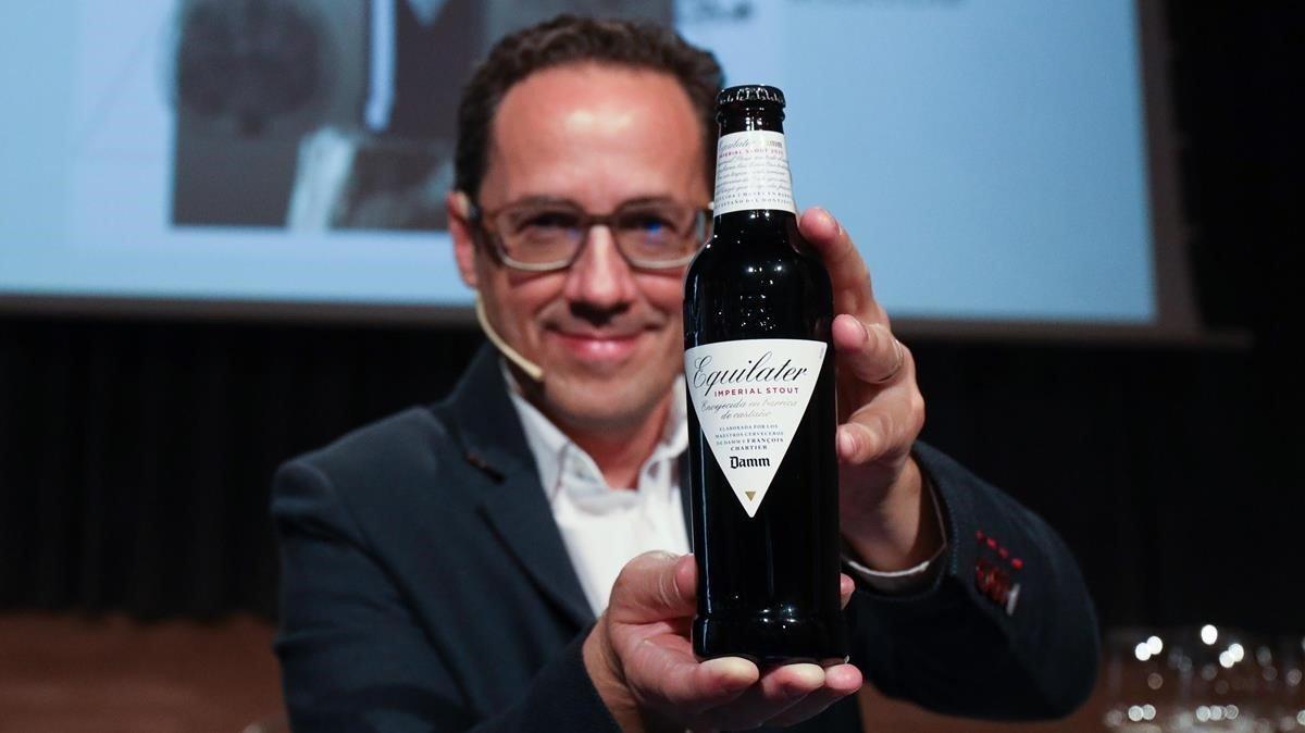 El experto en armonías moleculares François Chartier, con la Damm Equilater, cerveza en cuya elaboración ha participado.