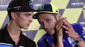 Luca Marini y Valentino Rossi, conversan en la conferencia de prensa de Brno.
