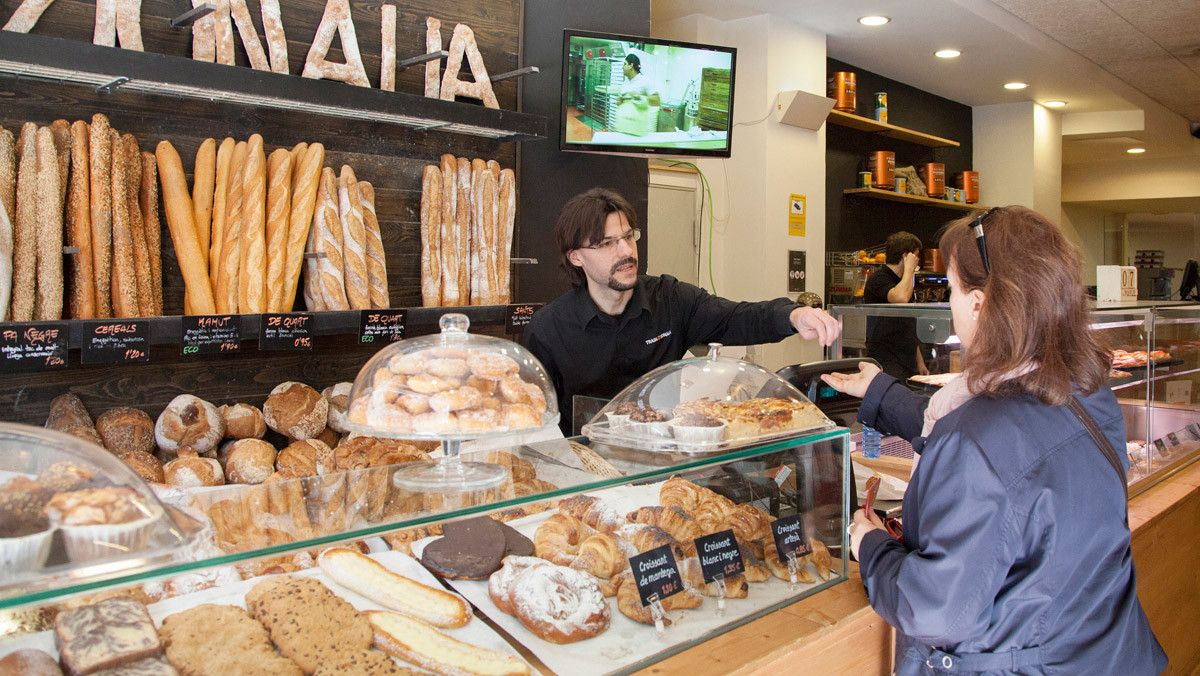 Compras en una panadería de barrio.