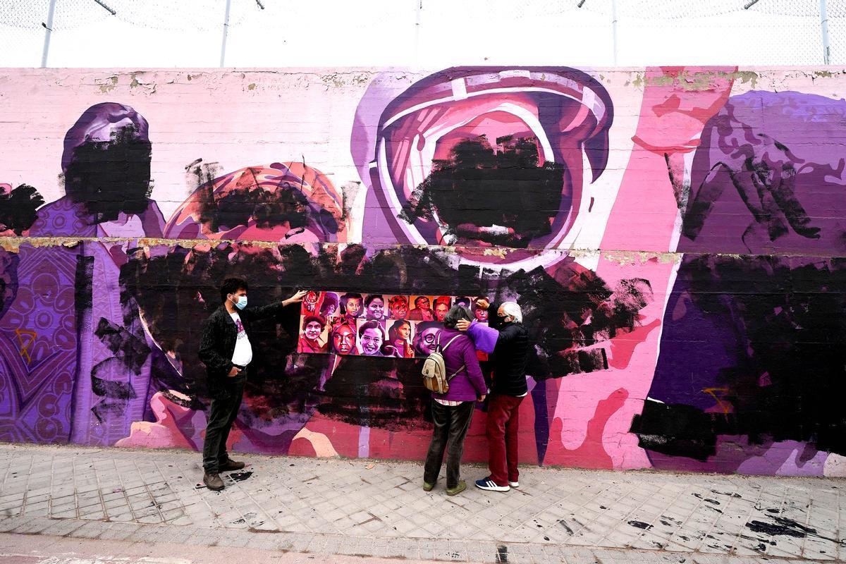 El muro feminista de Ciudad Lineal (Madrid), tras ser vandalizado con pintura negra, el 8 de marzo.