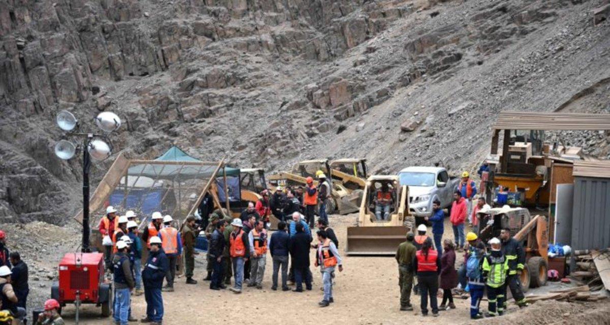 La prensa local indicó que el accidente ocurrió por el desplome de grandes rocas que cuelgan en el interior de la mina.