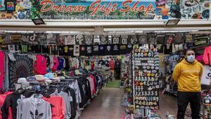 Tienda de suvenirs abierta este octubre en Salou.