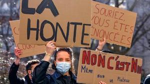 Manifestación en París el lunes contra los abusos en la escuela de teatro.