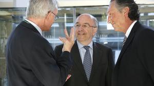 El president i el vicepresident del Cercle d'Economia, Antón Costas i Artur Carulla, conversen amb el vicepresident de la Comissió Europea, Joaquín Almunia (centre), en les jornades de Sitges, aquest dissabte.