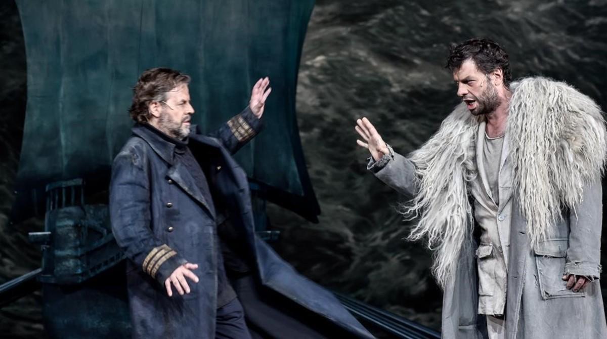 Guido Jentjens (Daland) y Gábor Bretz (El Holandés), en la ópera 'El holandés errante', de Richard Wagner, representada en el teatro de la Pasión de Oberammergau (Alemania).