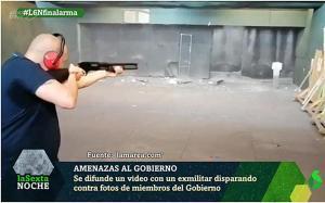 Disparando contra fotos de políticos.