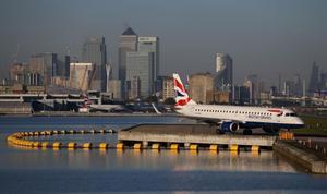 Un avión se dispone a despegar en el aeropuerto de London City.