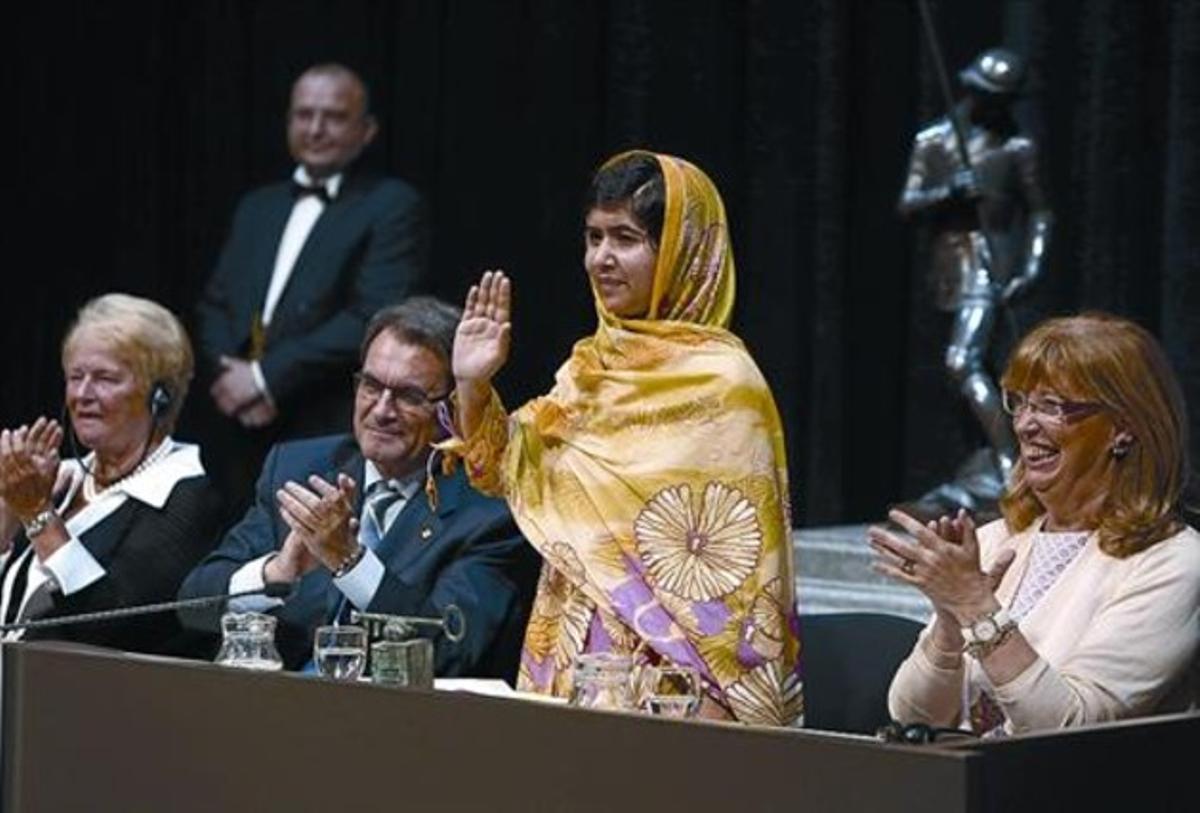 El presidente Artur Mas, flanqueado por Malala Yusafzai (derecha) y Gro Harlem Brundtland (izquierda).