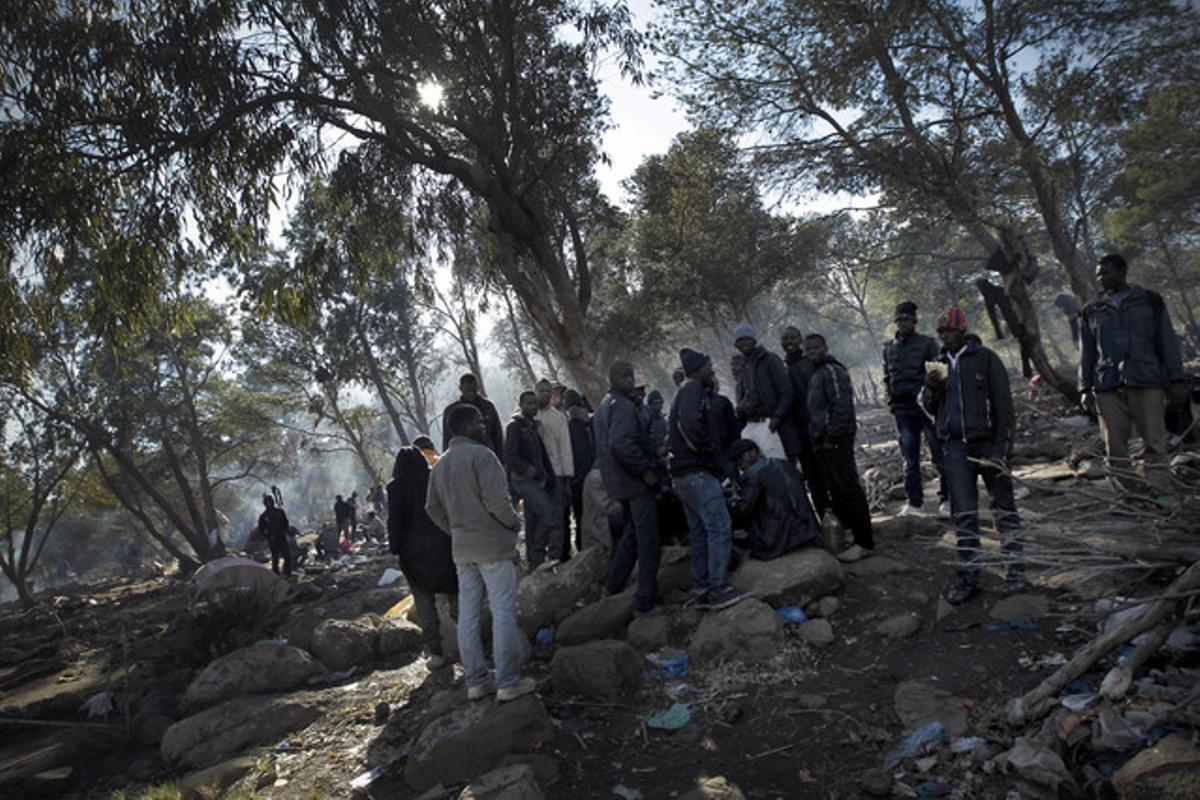 Inmigrantes en el monte Gurugú que pretenden pasar ilegalmente la frontera de Melilla.
