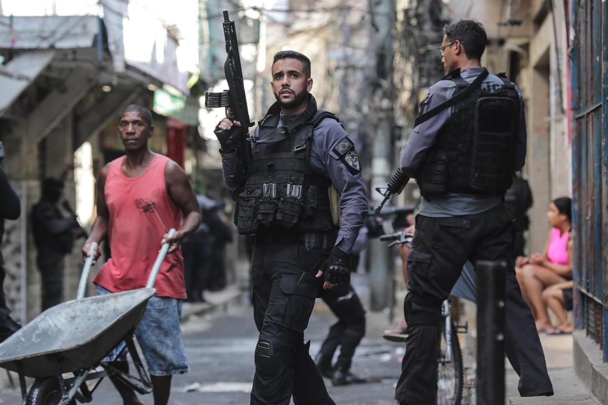 Miembros de la Policía realizan un operativo policíal contra una banda de narcotraficantes en un favela de Río de Janeiro (Brasil).