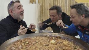 Los hermanos Torres nos preparan la paella más familiar.