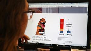 Una joven consultaun portal de Internet en una foto de archivo