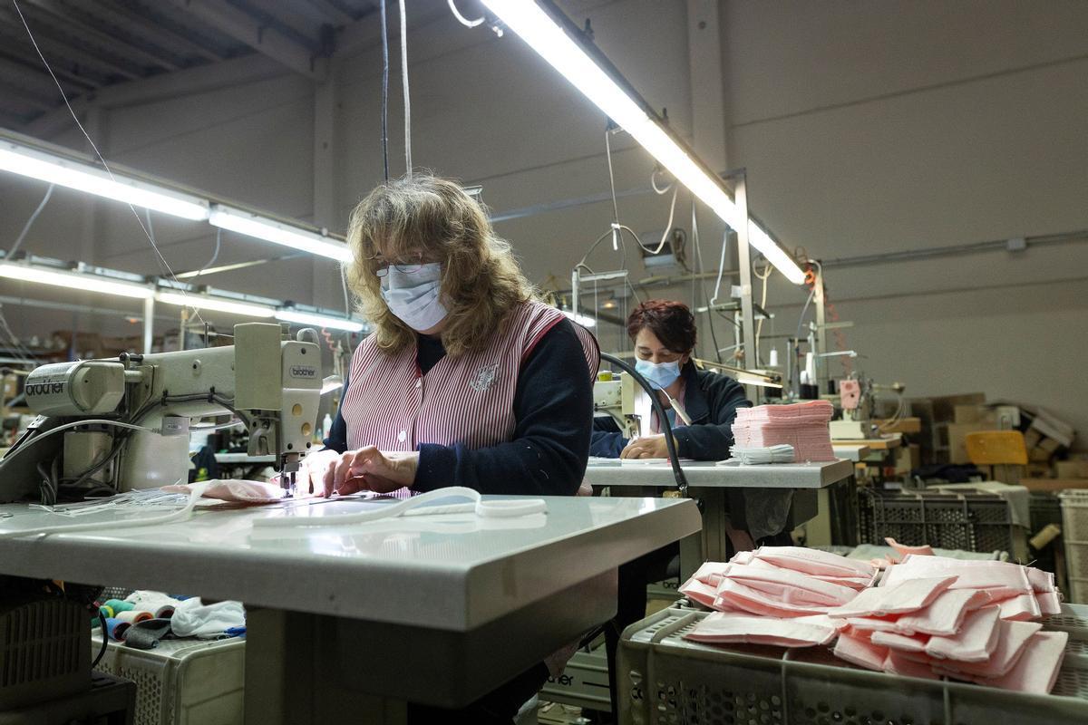Trabajadoras de la textil Errequeerre fabricando mascarillas.