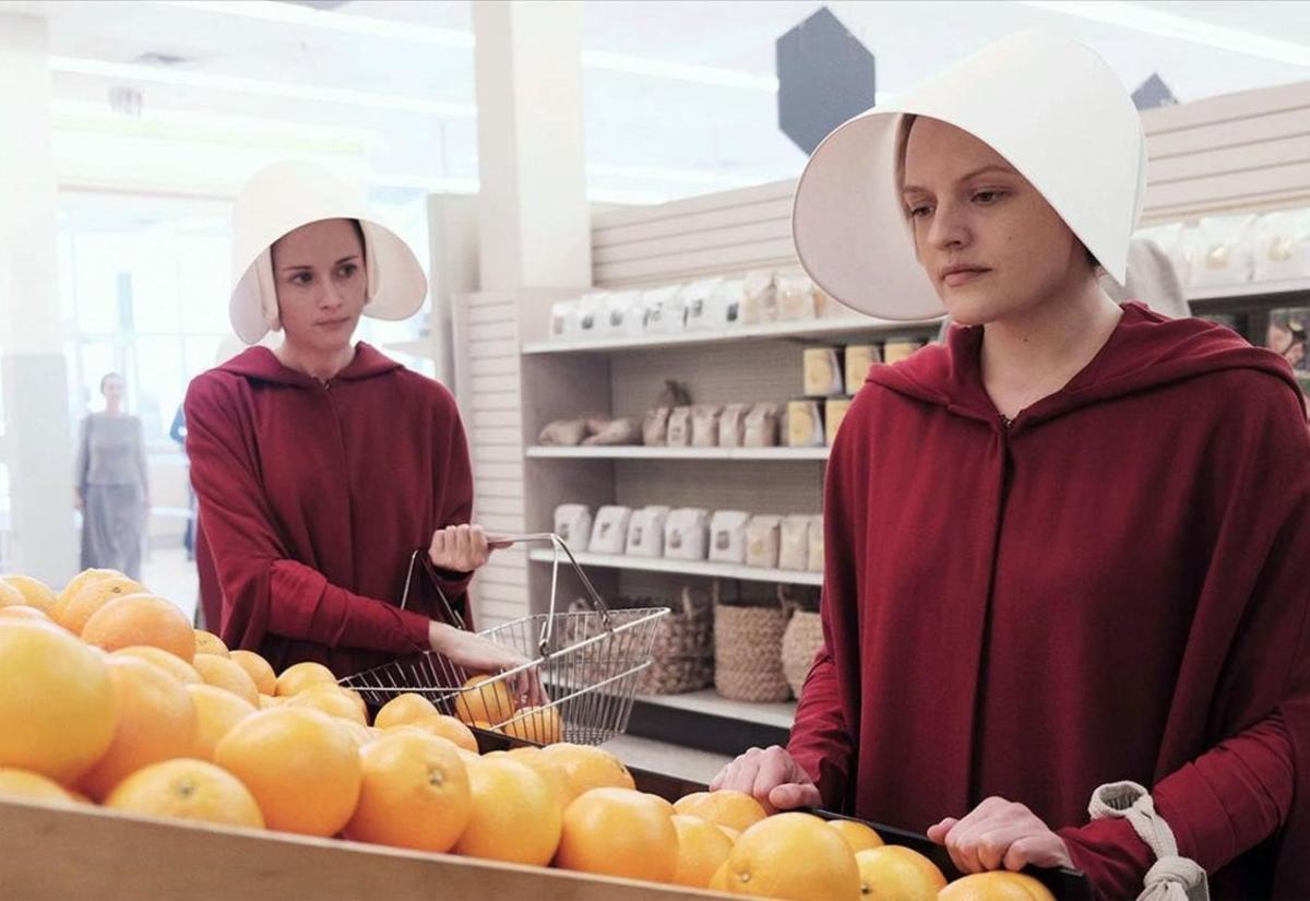 Kathrarine Moss (derecha), en la adaptación televisiva de 'El cuento de la criada'.