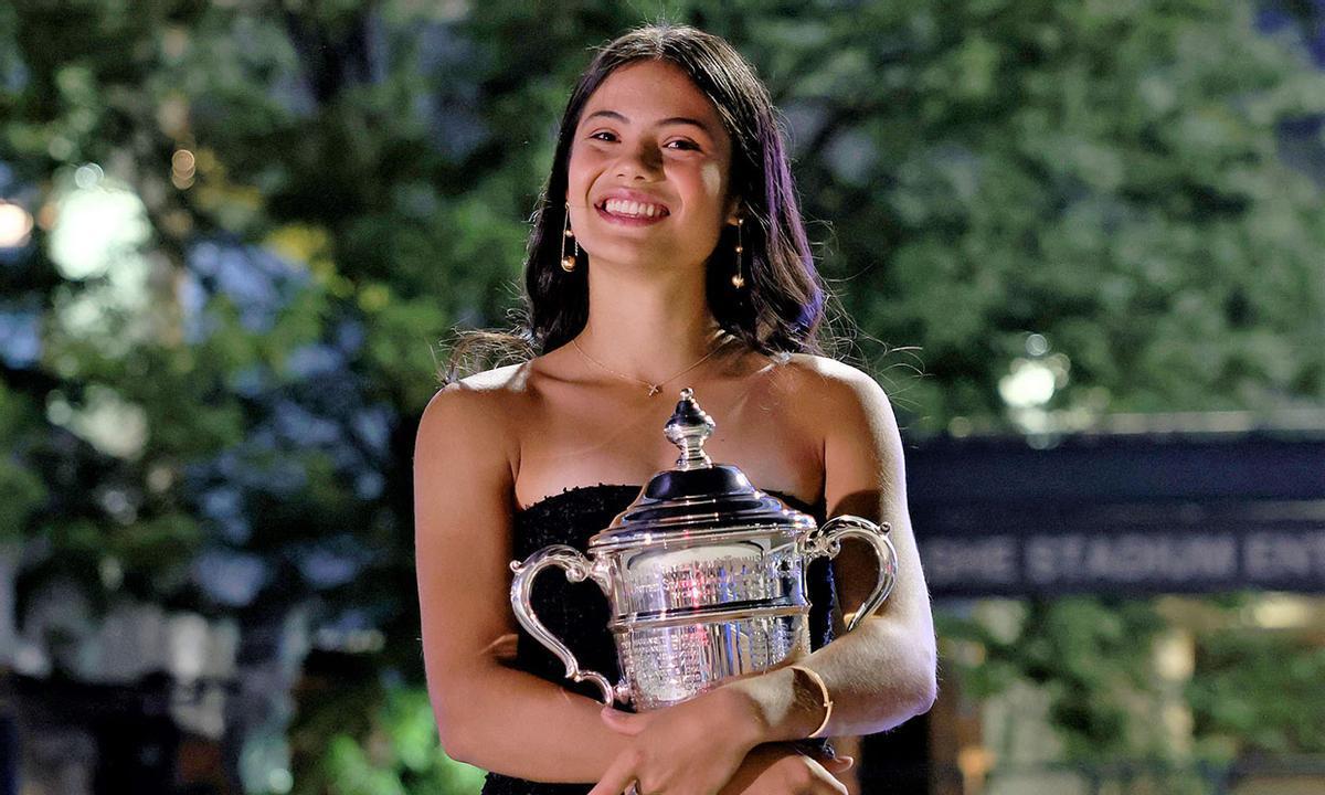 Raducanu, con el trofeo de campeona del Abierto de EEUU.