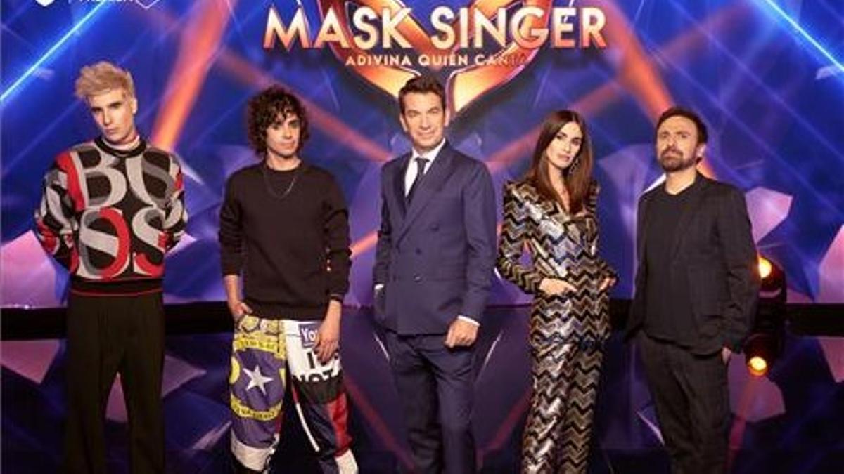 Javier Calvo, Javier Ambrossi, Arturo Valls , Paz Vega y José Mota, en el programa 'Mask Singer' (Antena 3).