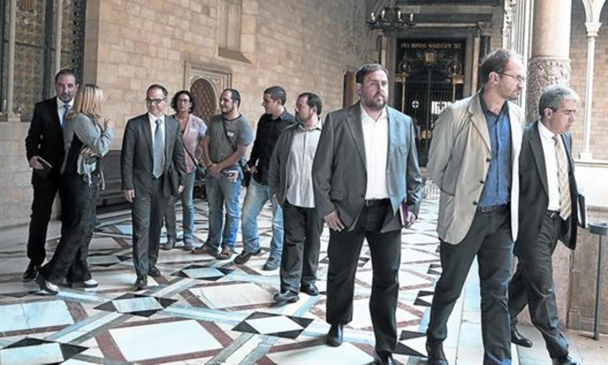 De izquierda a derecha: Ramon Espadaler, Joana Ortega, Jordi Turull, Marta Rovira, David Fernàndez, Quim Arrufat, Joan Mena, Oriol Junqueras, Joan Herrera y Francesc Homs, el pasado 3 de octubre.