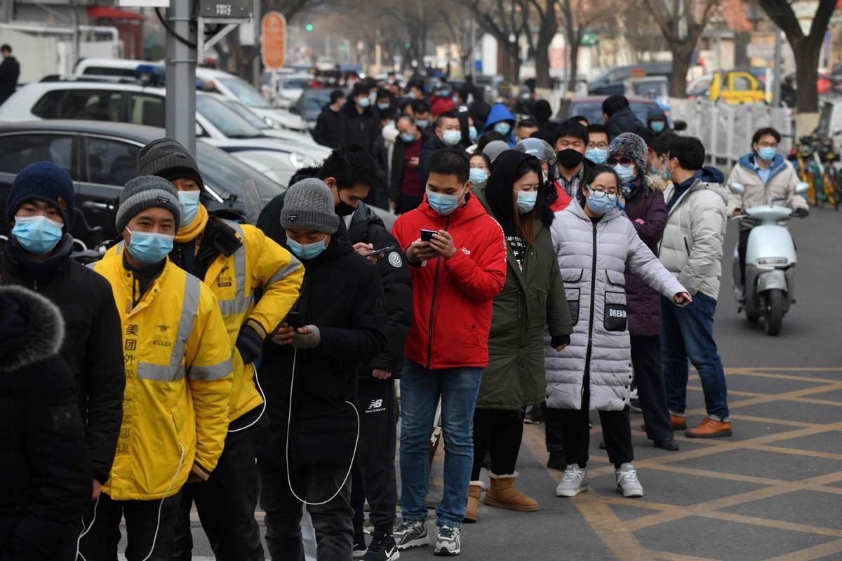 Cola de ciudadanos en Pekín para someterse a una PCR.