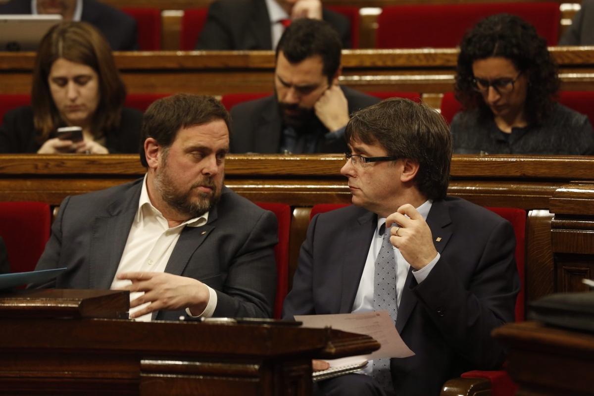 El vicepresidente Oriol Junqueras y el 'president' Carles Puigdemont, durante la sesión de control en el Parlament.