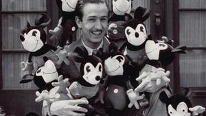 Walt Disney y los muñecos Mickey Mouse, creados en 1930 y primera piedra del 'merchandising'.