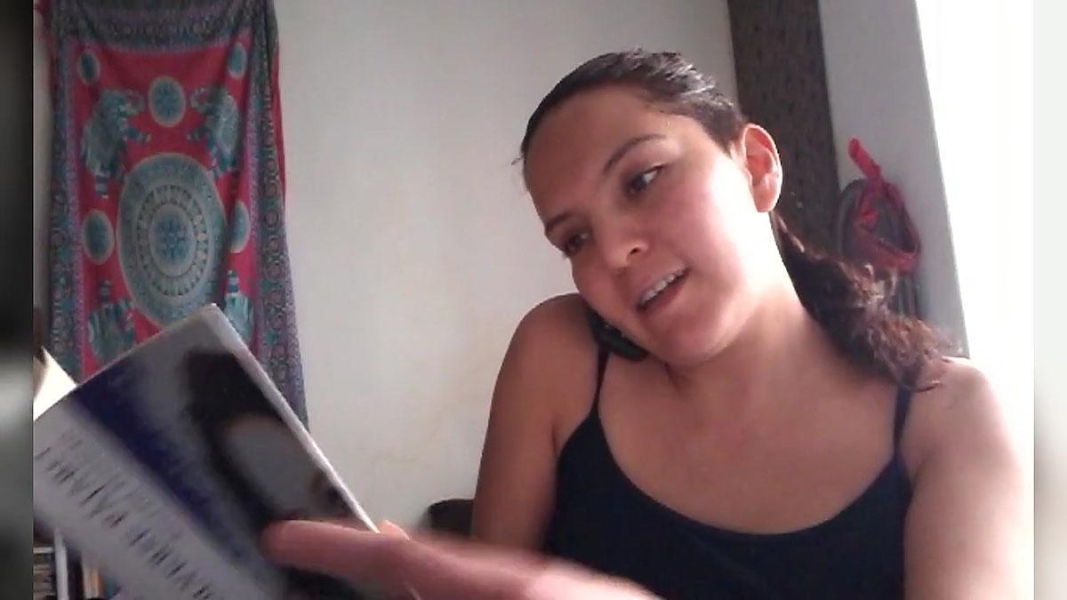Acoyani Guzmán recita uno de sus poemas por el teléfono de emergencias.