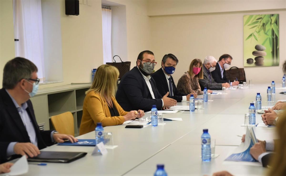 El alcalde de Mataró, David Bote, y la concejala de Bienestar Social y Promoción de la Salud, Laura Seijo, en la reunión de trabajo con los socios del proyecto.
