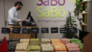 Carlos López, de Sabó sabó, en la calle de Castillejos, 275, donde venden productos ecológicos de higiene y limpieza a granel.