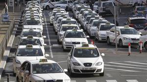 Decenas de taxis hacen cola en las proximidades de la estación de Atocha de Madrid.