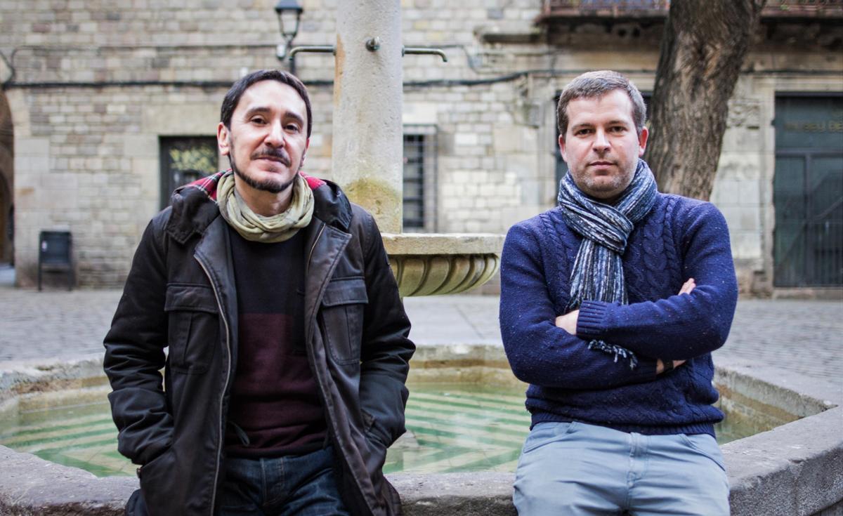 Juan Luis Martínez y Joan Salicrú en la plaza Sant Felip Neri.