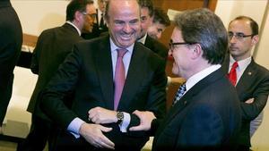 Artur Mas i Luis de Guindos se saluden en les jornades de Sitges.