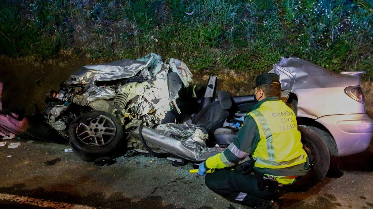 Tres jóvenes mueren en un accidente entre un vehículo y un camión en Caldas de Reis (Pontevedra).