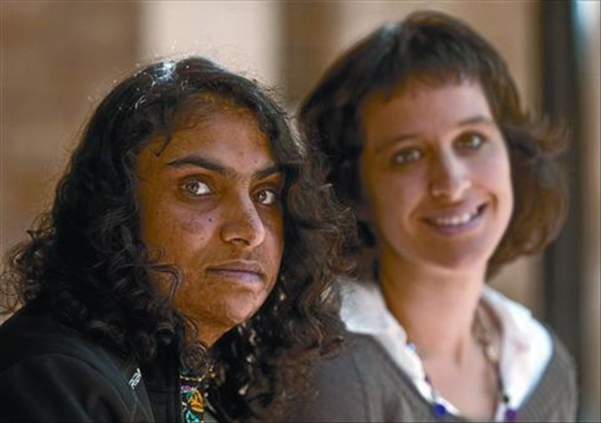 Nadia Ghulam (izquierda) y Agnès Rotger, coautoras de 'El secreto de mi turbante', ayer en Barcelona.