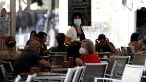 El paro baja en julio en 89.849 personas, su mayor caída en este mes desde 1997. En la foto, una camarera atiende en una terraza de Madrid.