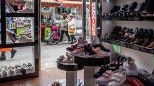 El comercio de Barcelona podrá abrir todos los días entre mayo y septiembre a partir de 2022. Así lo explica el primer teniente de alcalde, Jaume Collboni. En la foto, un comercio cerca del mercado de la Estrella, en Gràcia.
