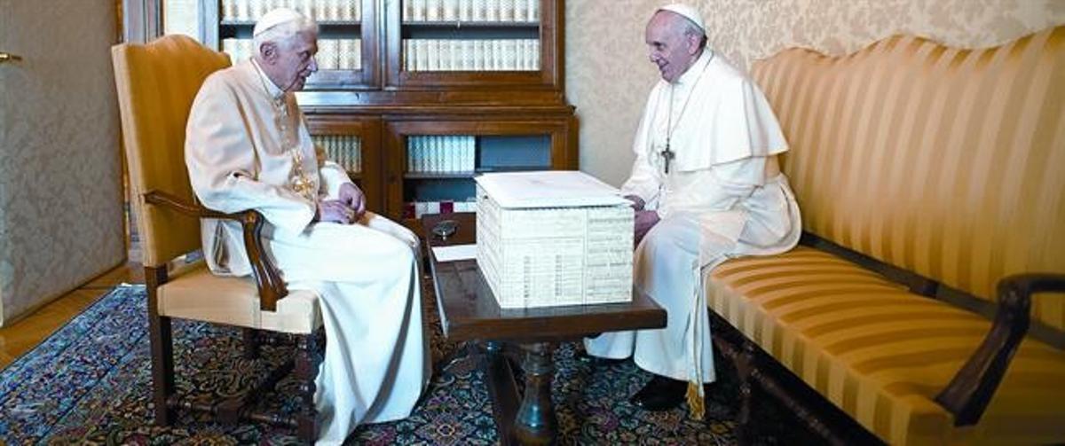 Bergoglio (dreta)i Ratzinger, en l'excepcional i històrica trobada d'ahir aCastel Gandolfo.