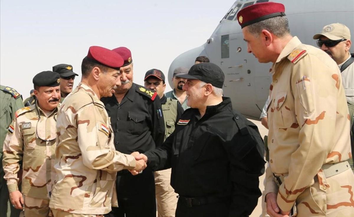 El primer ministro iraquí, Haider Al Abadi, felicita a las tropas.