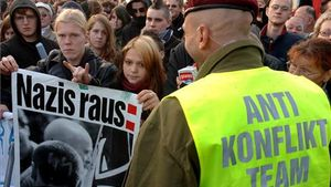 Un grupo de personas bloquea un cruce para evitar que los neonazis puedan realizar una marcha en Alemania en 2005.