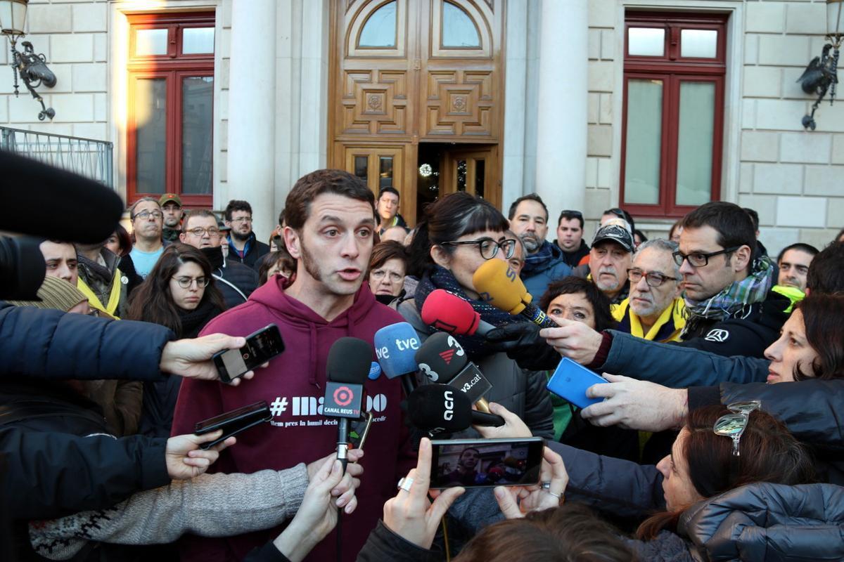 Oriol Ciurana y Marta Llorens, este miércoles, ante el Ayuntamiento de Reus antes de ser detenidos.